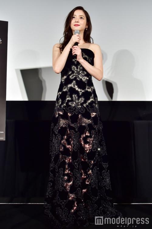 佐々木希「今日は大胆に」美脚透けドレスで魅了 SUPER JUNIORイェソンもドキッ