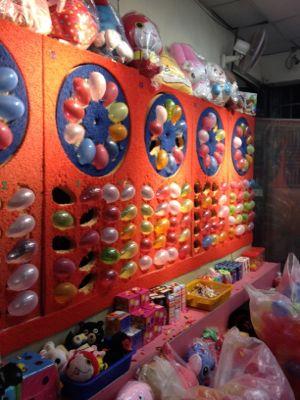 饒河街夜市(ぎょうかがいよいち)風船割り遊び