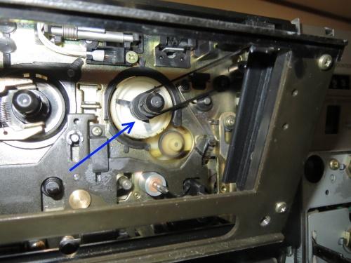 テープカウンターを動作させるベルト。このベルトによってテープの進行を検出しているようです。