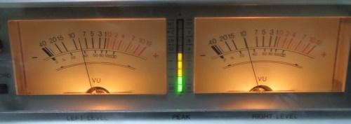 針式レベルメータ。ピークレベルはLED表示。