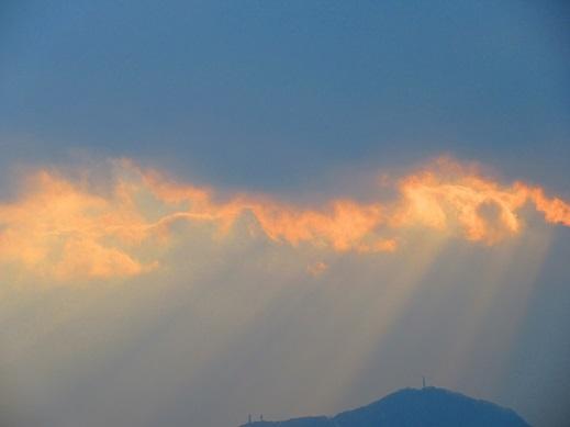 雲の切れ間の光