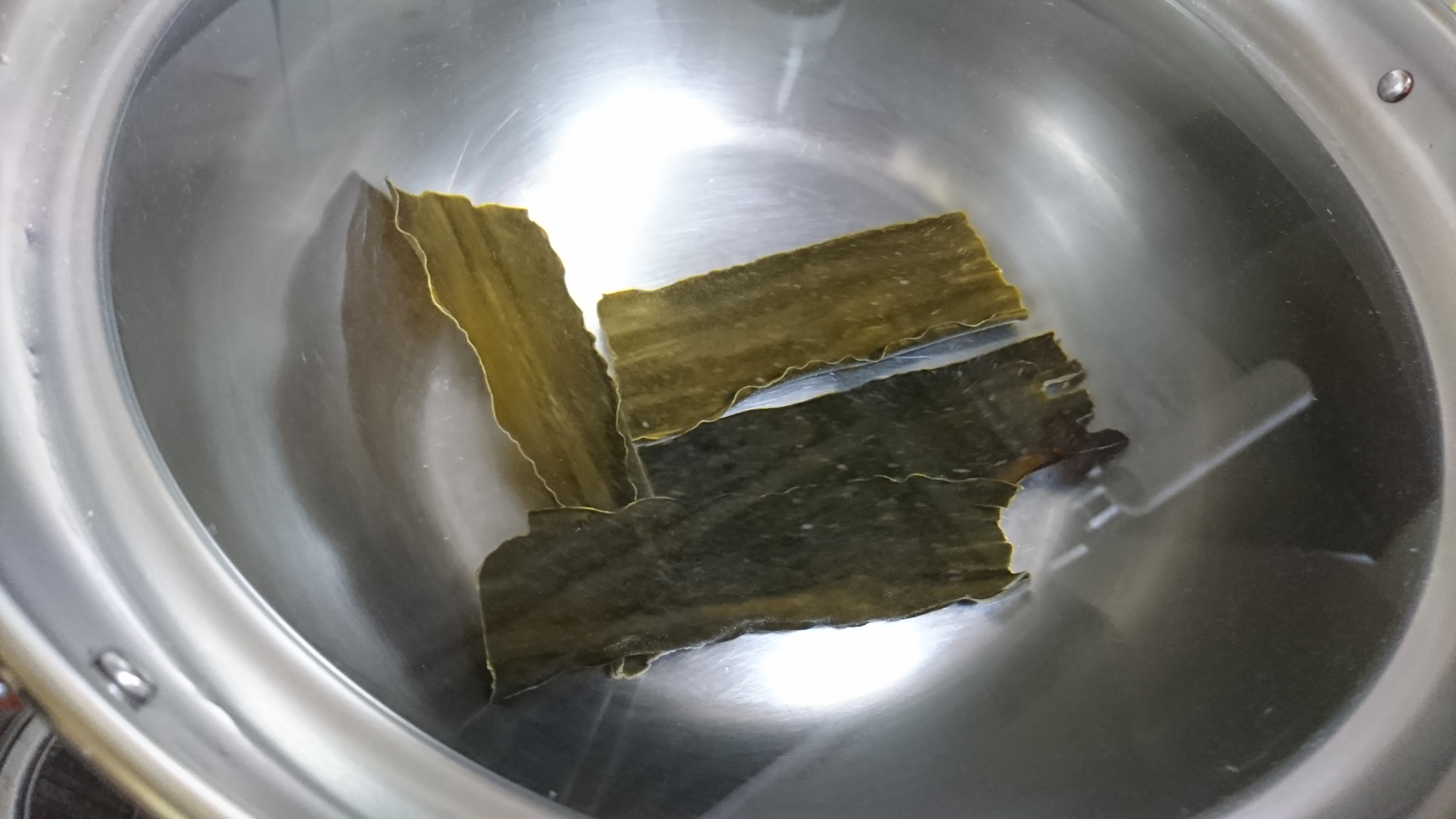 1、直径30センチ、高さ17センチの大鍋に水を入れてコブを4枚浸ける(30分から半日)