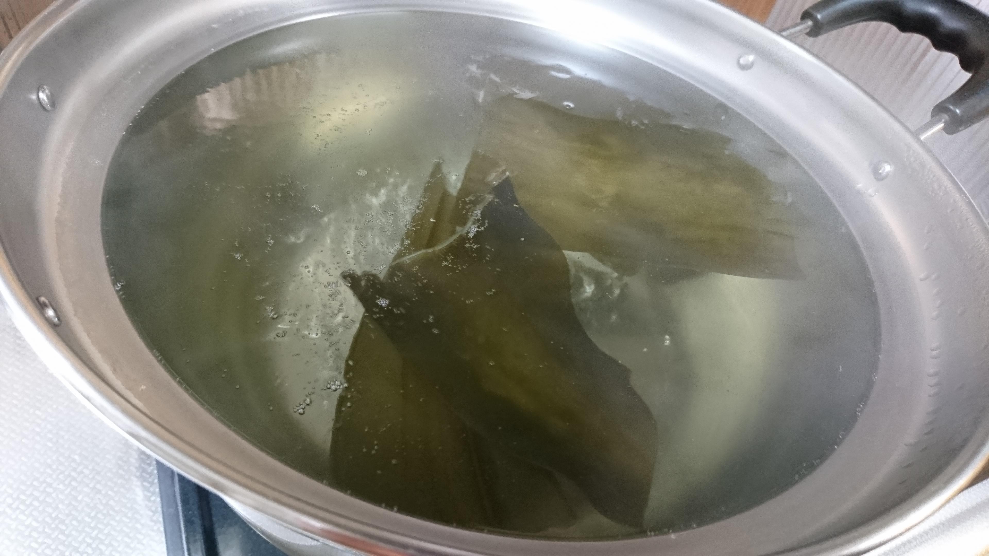 10、昆布を火にかけてお湯が沸騰前に取り出す