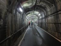 トンネルを歩く人影