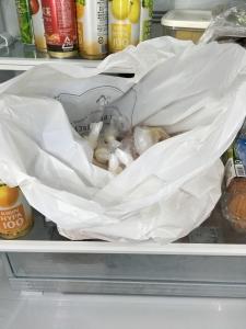 小分けしても見込んだ肉を冷蔵庫に入れる
