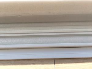 窓のレールにファインフォームで隙間風を防ぐ