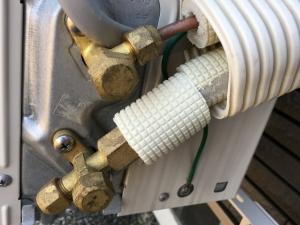 露出している銅管に保温材を巻く