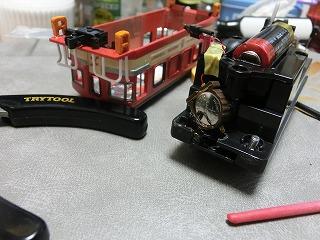 シャシーに電池ボックスを取付た「岳南電車 ED403」