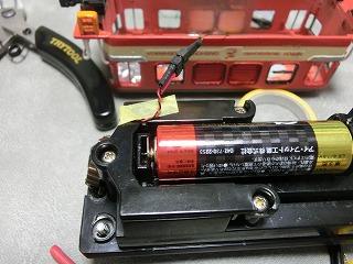 ライト側と電池側のコードを接続した様子