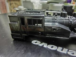 窓とヘッドライトの穴あけが終わったC12