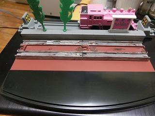塗装したレールをコレクションケース台座に接着