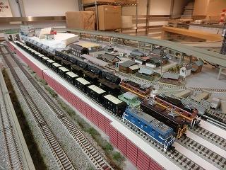 高架線用の留置線に並べた「私鉄貨物列車」