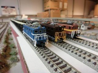 高架線用の留置線に並べた「私鉄貨物列車」②