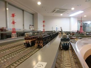 高架線の高架駅に並ぶ「私鉄貨物列車」
