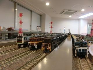 高架駅でE233系と並ぶ「私鉄貨物列車」