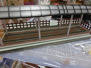 バラストを撒き柵を設置した展示スペース土台