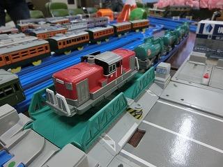 跳ね橋を通過する私のDD51牽引タンク貨物列車