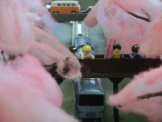 「山北の桜のトンネル」モジュールを走行する車両