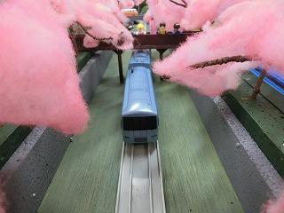 「山北の桜のトンネル」モジュールを走行する車両⑤