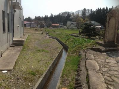 成島八幡神社の参道手前にある水路