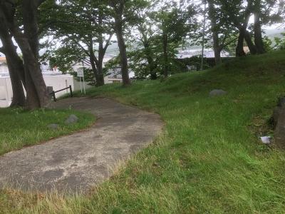仁賀保神社の北側にある車道兼歩道