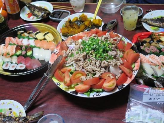 半額寿司、焼肉サラダ、ニシンの三五八漬け、カボチャ煮付け