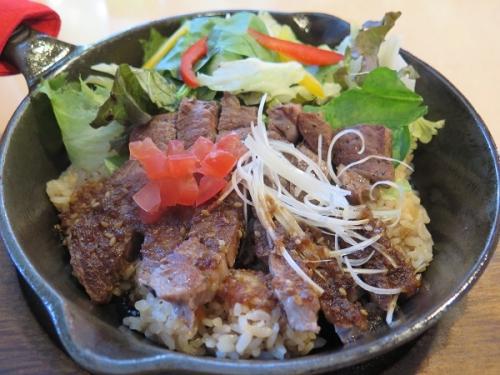 牛肩ロースと野菜のガーリック焼きご飯