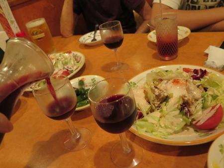 赤ワインとサラダ