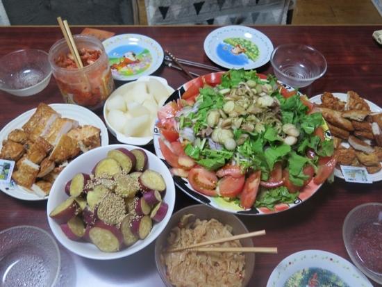 さつま揚げ盛り合わせ、サラダ、サツマイモ甘煮、梨