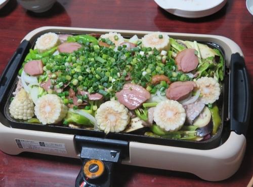 野菜とカツオのたたきと合鴨燻製のホットプレート蒸し