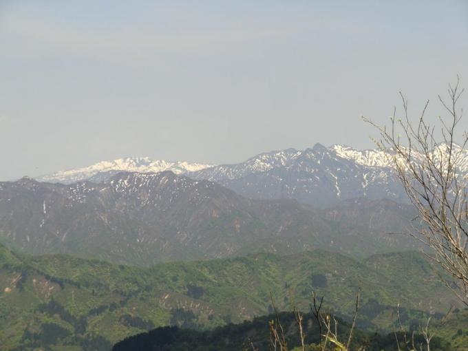 左奥に浅草岳、右に毛猛山