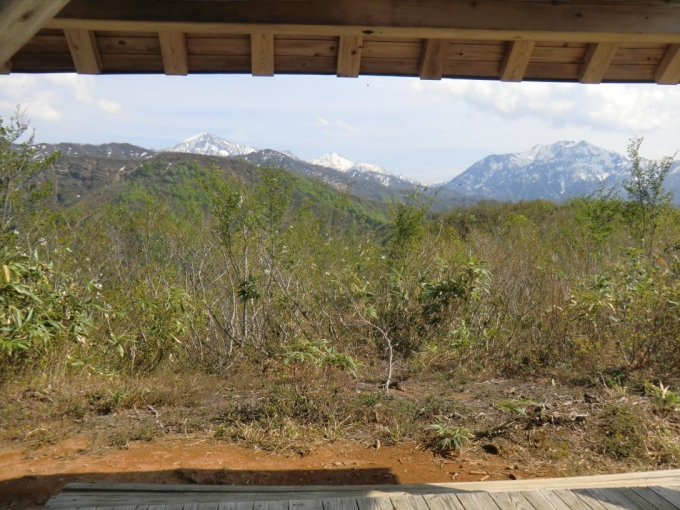 東屋の額縁の中に越後三山