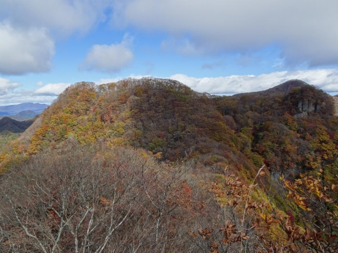 御岳山と後方に経塚山