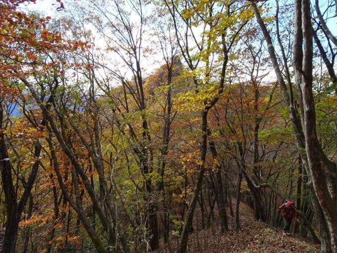ローソク岩を背に御岳山へ登り返す