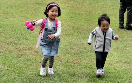 芝生を走る二人