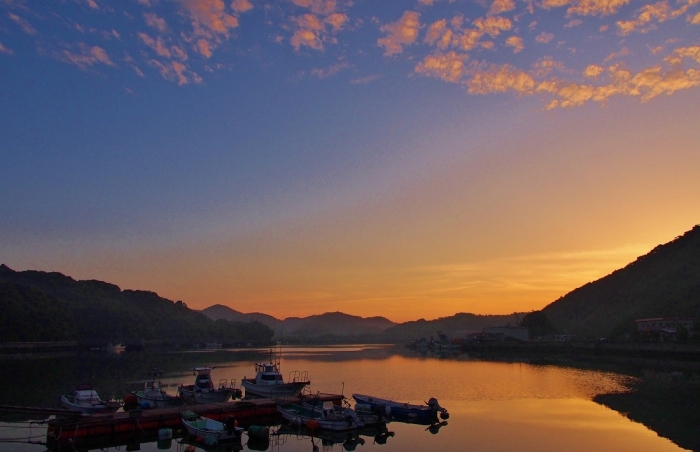 朝焼けの湾