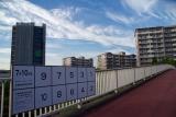 名谷駅東住宅に続くペデストリアンデッキに参院選ポスター掲示場