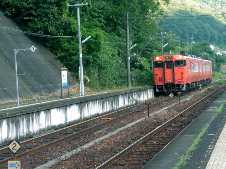 津山線 列車が入る、 あれ!!ホームが違う 大急ぎで陸橋を走る・・・