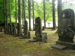 公園内の石仏