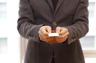 自己紹介名刺を渡す男性