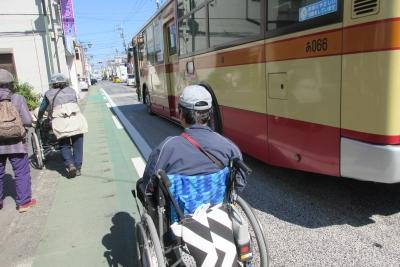 県道、車いすとバス