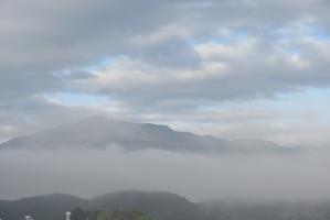 雲がかかる大山