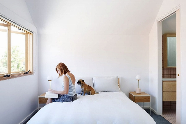 Bedside-tables-bring-symmetry-and-style-to-the-minimal-white-bedroom.jpg