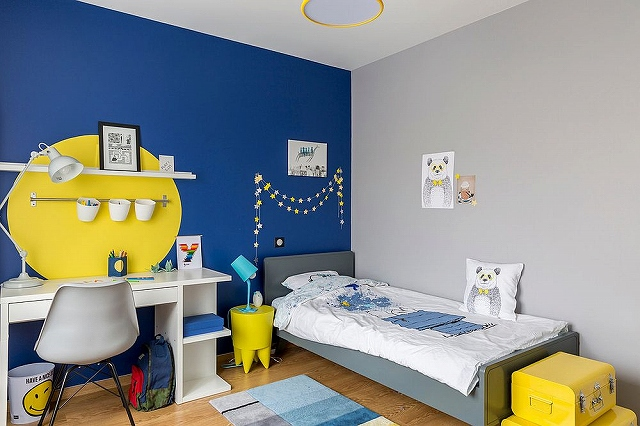 Fun-way-of-adding-yellow-to-a-room-with-bright-blue-accent-wall_2016103016144660f.jpg