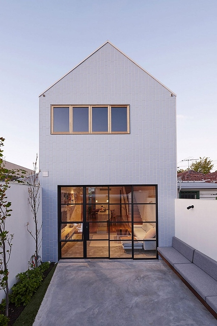 Metal-and-glass-windows-connect-the-interior-with-the-rear-yard.jpg