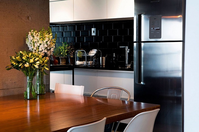 Nifty-kitchen-design-makes-great-use-of-corner-space.jpg