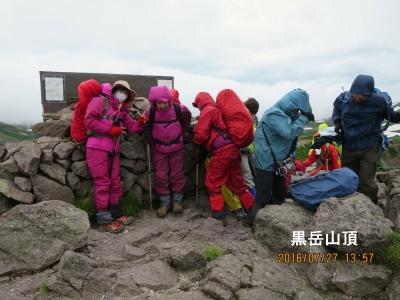 黒岳山頂(強風を避ける)