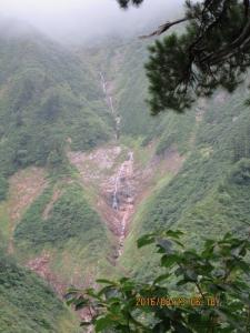 細く長い滝