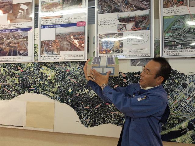 千葉県内の基本的な区間の構造。高速道路が半地下で、上を国道298号の一般道が走ります。これだけだと幅も狭くて済みますが、サービス道路や環境帯が設置されるので、道路幅が60メートル前後になります。
