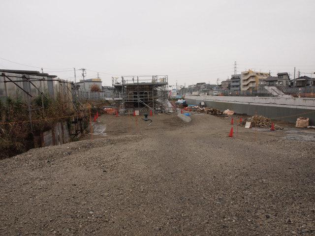 いまいち分からない構造物。料金所ブースへの出入口?それとも歩道橋の基礎?